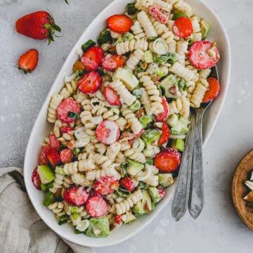 Veganer Nudelsalat mit Avocado, Erdbeeren, und Joghurtdressing