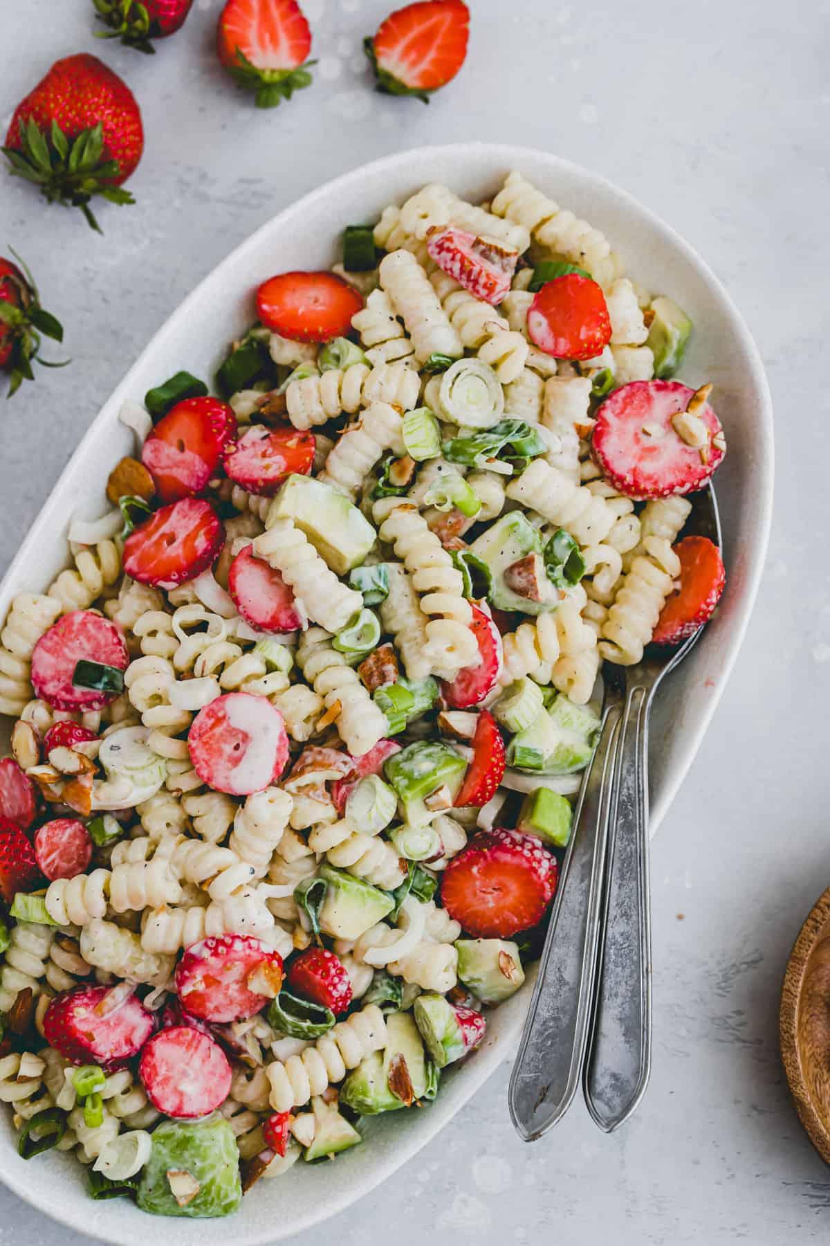 veganer nudelsalat mit joghurt, avocado, erdbeeren