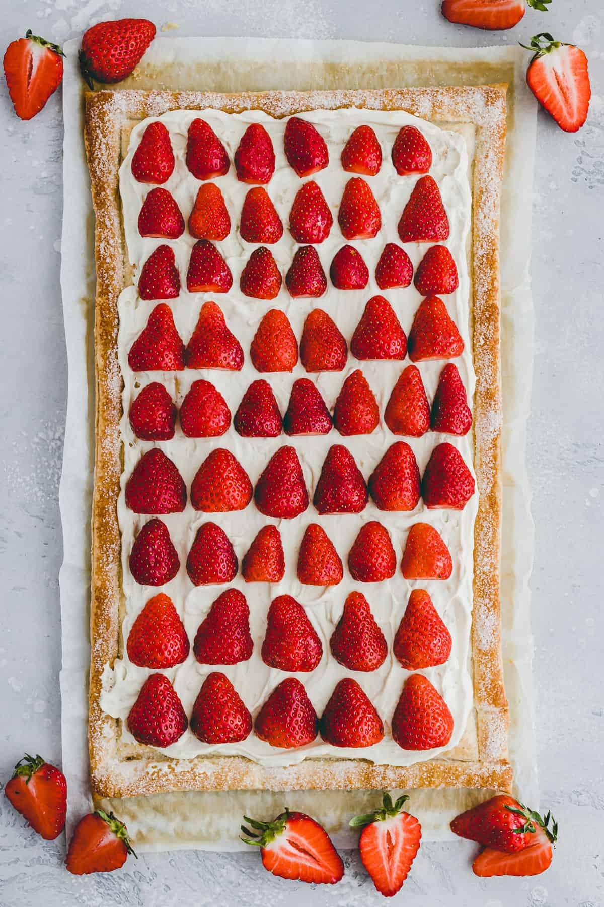 blätterteig tarte mit vanillecreme und frischen erdbeeren dekoritert