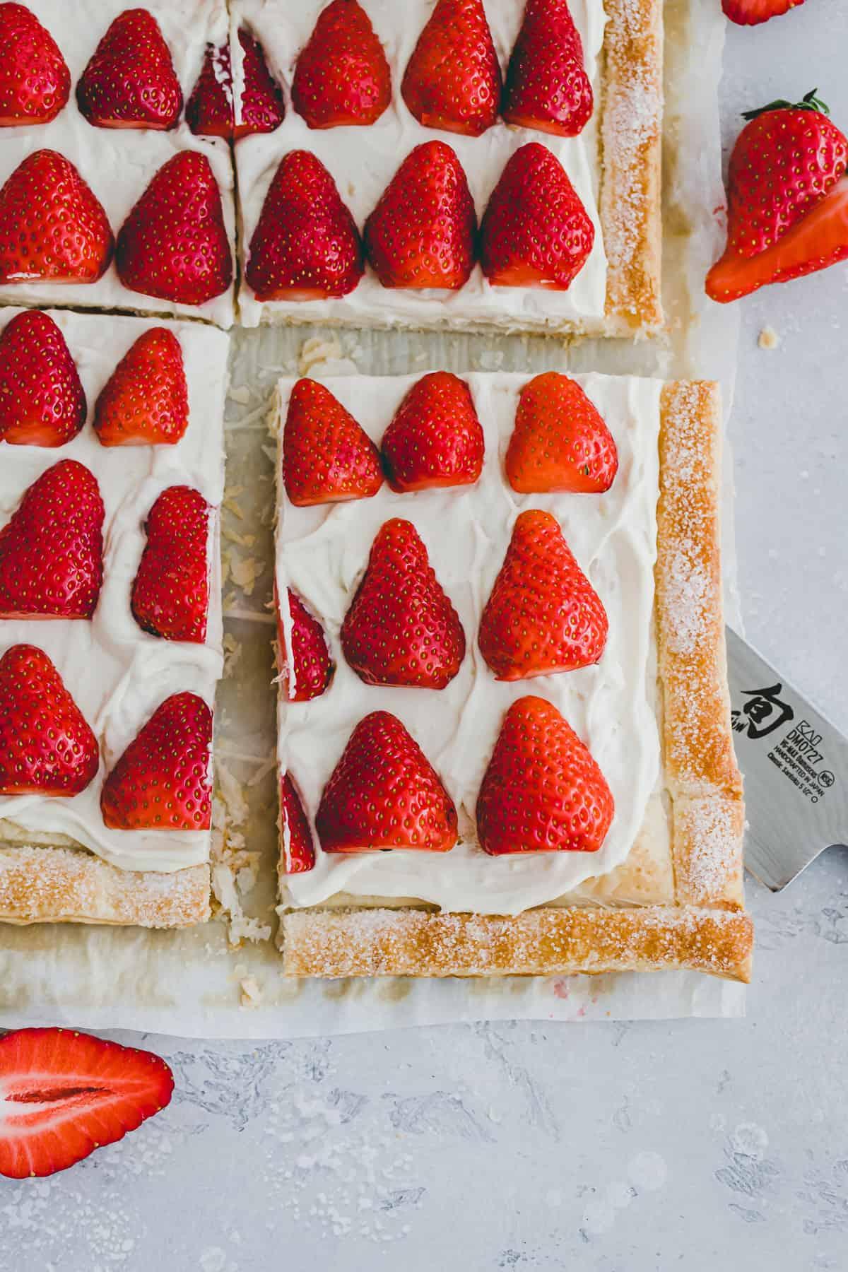 ein stück vegane blätterteig tarte mit frischen erdbeeren