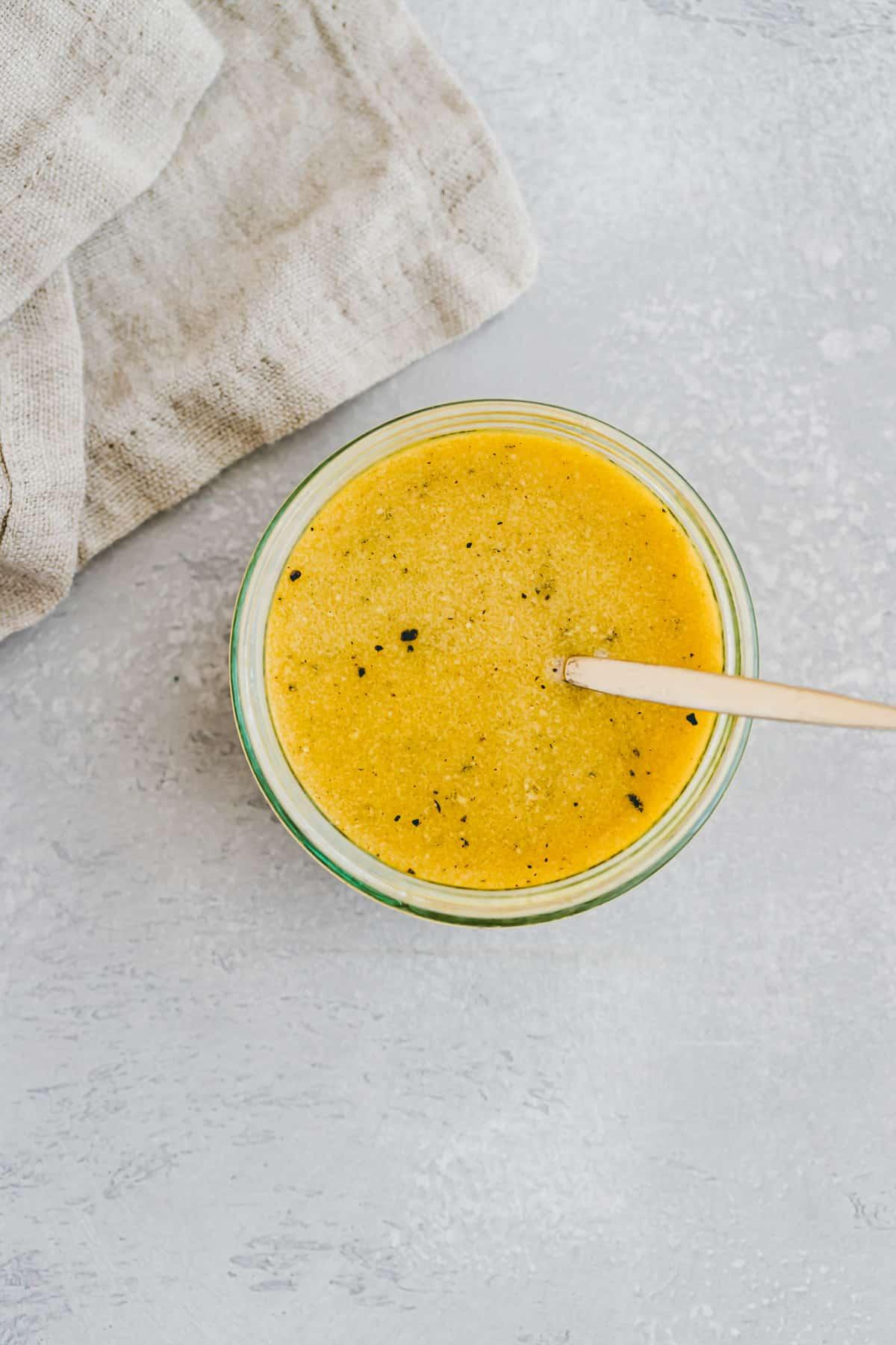ahornsirup senf dressing mit einem goldlöffel