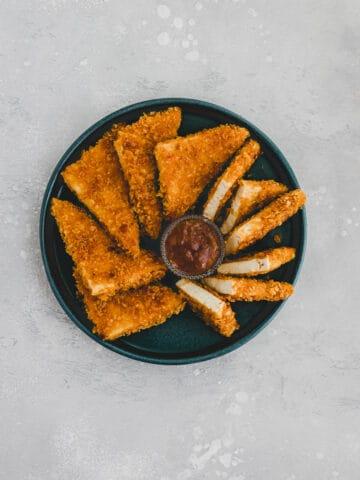 vegan chicken nuggets mit mango chutney auf einem teller