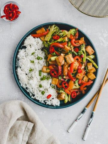 tofu stir fry mit gemüse auf einem teller