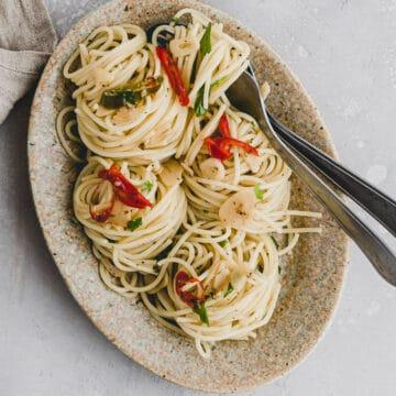 spaghetti aglio olio e peperoncino on a brown plate
