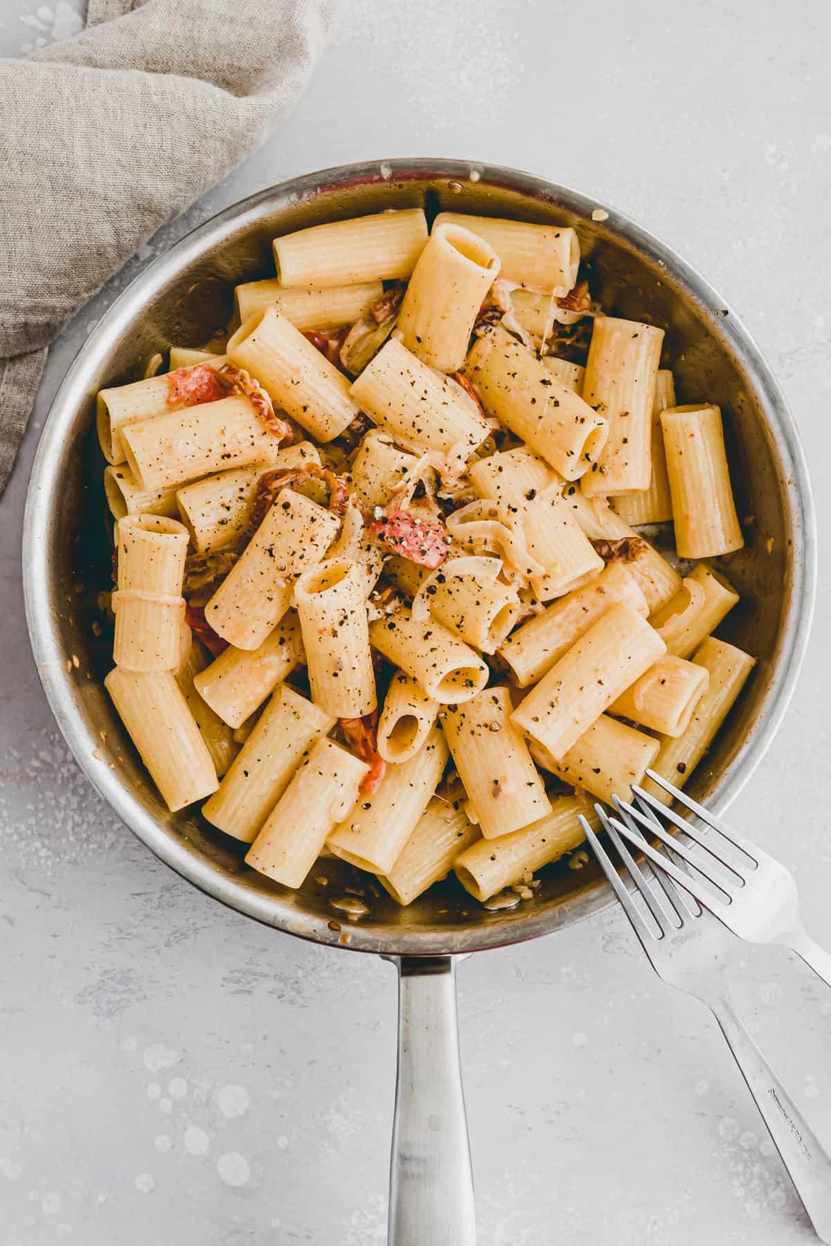 vegane pasta sauce mit getrockneten tomaten an rigatoni