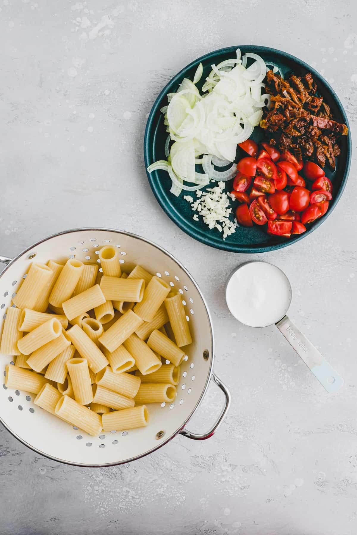 Zutaten für Pasta mit getrockneten Tomaten