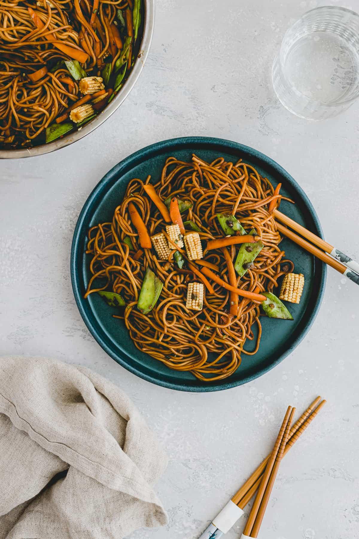 lo mein noodles on a blue plate